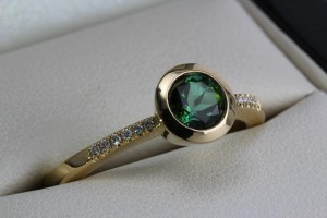 Tourmaline cocktail ring 18ct yellow gold, 1ct green tourmaline, 6pts white diamonds